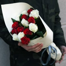 11 роз микс красно-белые 50 см фото