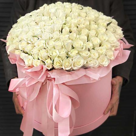 199 белых роз в шляпной коробке фото