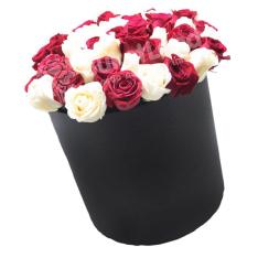 51 роза микс 2 в шляпной коробке фото