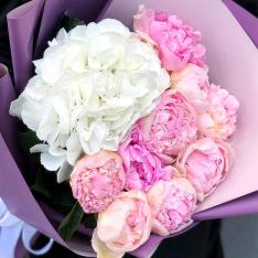 Букет квітів з гортензій і півоній фото