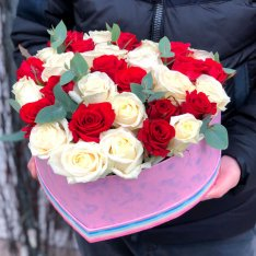 Композиция из 33 роз микс в форме сердца  фото