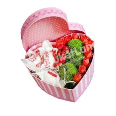 Коробка с цветами и конфетами в виде сердца 3 фото