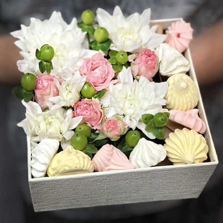 Коробочка с цветами и безе «Монреаль» фото