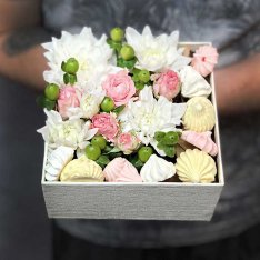 "Box with flowers and meringues ""Montreal"" photo"