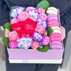 Коробочка с цветами и макарунами «Жемчужина» фото