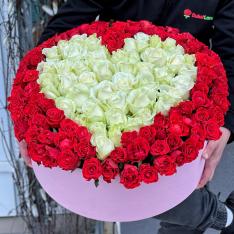 151 роза микс в шляпной коробке в форме сердца  фото