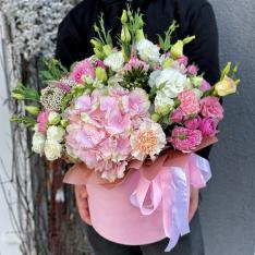 Цветы в шляпной коробке «Королева лета» фото