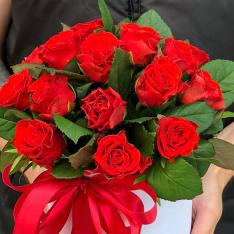19 червоних троянд в шляпной коробці фото