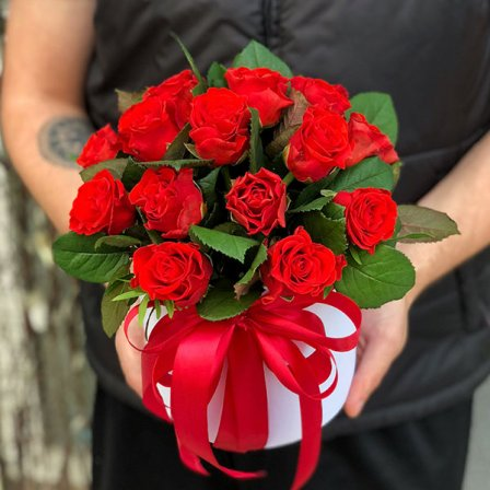19 червоних троянд в шляпной коробці
