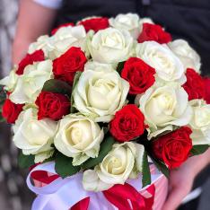 31 троянда мікс червоно-біла в шляпній коробці фото