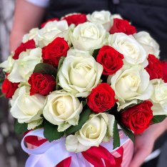 31 роза микс красно-белая в шляпной коробке фото