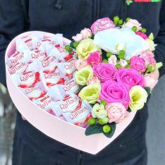Сердце с цветами и конфетами «Афина» фото