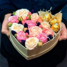 Серце з квітами і цукерками «Подих майбутнього» фото
