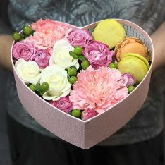 Сердце с цветами и макарунами «Воздушный десерт» фото