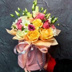 Цветы в шляпной коробке «Незнакомка» фото