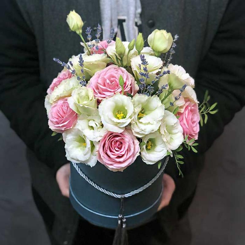 Цветы в шляпной коробке «Утонченность» - купить с доставкой в Киев