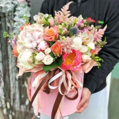 Цветы в шляпной коробке  «Ягодное пралине» фото