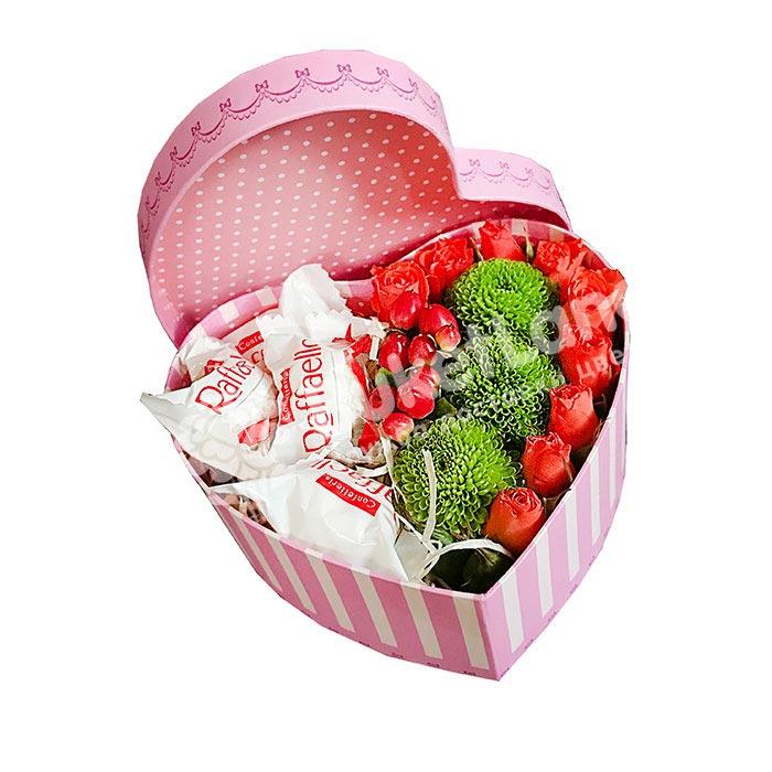Коробка с цветами и конфетами в виде сердца 3