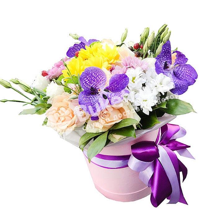 Цветы в шляпной коробке «Пралине»