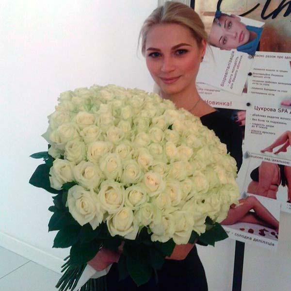 101 белая роза Аваланч 60 см